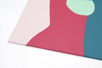Peinture acrylique réalisée au couteau représentant un paysage onirique en format carré 30 centimètres par 30 centimètres sur carton entoilé. Un poème pictural où les formes et les couleurs remplacent les mots. Ce tableau est composé de diverses formes géométriques avec une alternance de tons chauds et de tons froids. Un bleu, gris vert, gris pâle, gris sombre, rose, brique, bordeaux, rose et beige.
