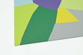 Peinture acrylique réalisée au couteau représentant un paysage onirique en format carré 30 centimètres par 30 centimètres sur carton entoilé. Un poème pictural où les formes et les couleurs remplacent les mots. Ce tableau suggère en arrière plan un ensemble de montagnes de différentes couleurs, gris clair, jaune, vert anis et vert clair, vert foncé dans des formes d'aspects géométriques. Au centre du tableau on peut s'imaginer un lac bleu ciel sur lequel se trouve une île violette. En bas du tableau un ensemble de trois collines couleurs gris foncé, violet et bleu gris.