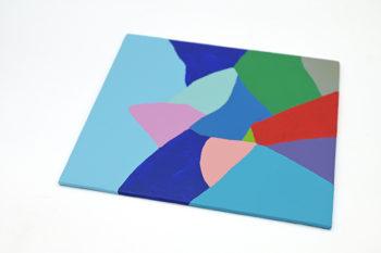 Peinture acrylique réalisée au couteau représentant un paysage onirique en format carré 20 par 20 centimètres sur carton entoilé. Un poème pictural où les formes et les couleurs remplacent les mots. Ce tableau est composé de diverses formes géométriques suggérant un paysage de montagnes dans les tons assez froids et à tendance plutôt sombres. Violet, vert, gris, rouge foncé et différentes nuances de bleu colore ce paysage de montagnes surplombées d'un ciel bleu gris.