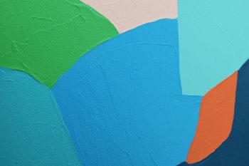 Peinture acrylique réalisée au couteau représentant un paysage onirique en format carré 30 centimètres par 30 centimètres sur carton entoilé. Un poème pictural où les formes et les couleurs remplacent les mots. Ce tableau suggère en arrière-plan un ciel beige orangé et une succession de formes arrondies suggérant des montagnes de différentes couleurs dans les tons vert et bleu. Au milieu se trouve une petite bande de couleur orange vif qui vient réchauffer l'ensemble de la composition.