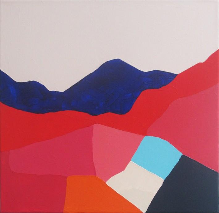 Peinture acrylique réalisée au couteau représentant un paysage onirique en format carré 30 centimètres par 30 centimètres sur châssis 3D. Un poème pictural où les formes et les couleurs remplacent les mots. Ce tableau suggère un paysage de montagne. En arrière-plan, un ciel rose pâle, et une chaîne de montagne bleu foncé. Un ruban rouge vif suggérant un ensemble de montagnes découpe le tableau en son centre. Dans la partie inférieure du tableau se trouve un ensemble de différentes formes géométriques composé de multiples nuances de rose, orange, bleu clair, ivoire et bleu noir.