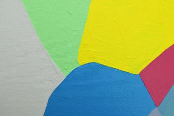 Peinture acrylique réalisée au couteau représentant un paysage onirique en format carré 30 centimètres par 30 centimètres sur carton entoilé. Un poème pictural où les formes et les couleurs remplacent les mots. Ce tableau suggère en arrière-plan un ciel gris et un paysage de montagne avec des lacs. L'ensemble du tableau est composé de couleurs froides dans les tons vert, bleu et gris. Au centre du tableau un aplat de jaune primaire et à sa droite un peu de rose foncé contraste cet ensemble.