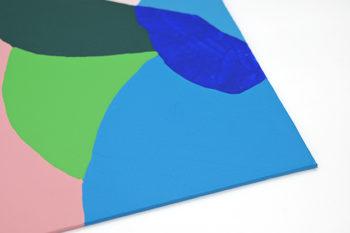 Peinture acrylique réalisée au couteau représentant un paysage onirique en format carré 30 centimètres par 30 centimètres sur carton entoilé. Un poème pictural où les formes et les couleurs remplacent les mots. Ce tableau est composé de diverses formes géométriques suggérant un paysage de montagnes dans les tons assez froids. Une chaîne de montagne rose en arrière plan surplombée d'un ciel bleu gris. Et un ensemble de formes géométriques imbriquées les unes dans les autres dans les tons violet, vert, gris, rose pâle et différentes nuances de bleu et de vert composent le premier plan.