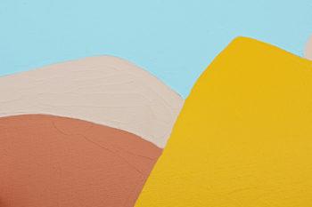 Peinture acrylique réalisée au couteau représentant un paysage onirique en format carré 20 centimètres par 20 centimètres sur carton entoilé. Un poème pictural où les formes et les couleurs remplacent les mots. Ce tableau composé de couleurs chaudes représente un paysage de montagne. Une grande montagne jaune d'or au centre du tableau et d'autres montagnes en arrière-plan dasn les tons beiges surplombées d'un ciel bleu clair.