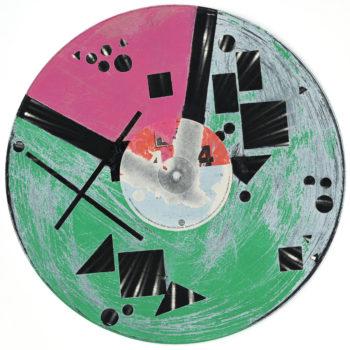 Peinture acrylique sur disque vinyle 33 tours en format 30 centimètres par 30 centimètres. Le vinyl est peint sur les trois quarts de sa surface dans un vert sapin texturé à la brosse qui lui donne un aspect vieilli et irrégulier. Un triangle rose borde la partie restante travaillée de la même manière. Dans cet ensemble certaines parties non peintes laissent apparaître la texture et le noir du vinyle dans diverses formes géométriques, lignes, carrés, ronds, triangles de différentes tailles. Le rouge et le blanc sont optenus grace au papier initial qui recouvre le centre du vinyle.