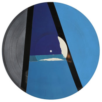 Peinture acrylique sur disque vinyle 33 tours en format 30 centimètres par 30 centimètres. Cette œuvre est composée d'aplats de couleurs dans les tons froids. Composition de diverses formes géométriques dans les tons bleus et argentés. Les aplats de peinture sont séparés par des bandes non peintes qui laissent apparaitre la texture et le noir du vinyle. Le blanc est optenu grace au papier initial qui recouvre le centre du vinyle, en partie recouvert de peinture ou déchiré.