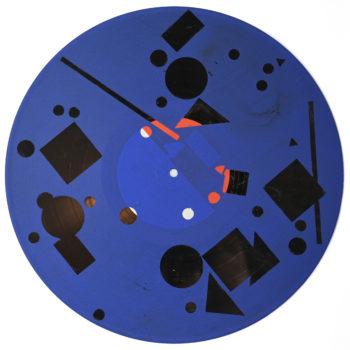 Peinture acrylique sur disque vinyle 33 tours en format 30 centimètres par 30 centimètres. Le vinyl est peint sur toute sa surface dans un bleu sombre. Certaines parties non peintes laissent apparaître la texture et le noir du vinyle dans diverses formes géométriques, lignes, carrés, ronds, triangles de différentes tailles. Le rouge et le blanc sont optenus grace au papier initial qui recouvre le centre du vinyle.