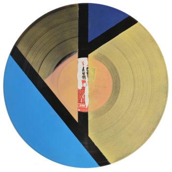 Peinture acrylique sur disque vinyle 33 tours en format 30 centimètres par 30 centimètres. Deux aplats de peintures dans les tons or qui prennent les deux tiers de la place, un triangle bleu marine pointe vers le bas qui les séparent, une bande bleu sur le côté. Les aplats sont séparées par des bandes non peintes qui laissent apparaitre la texture et le noir du vinyle.