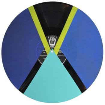 Peinture acrylique sur disque vinyle 33 tours en format 30 centimètres par 30 centimètres. Composition de diverses formes géométriques dans les tons bleus, vert d'eau et jaune. Les aplats de peinture sont collés les uns aux autres ou séparés par des bandes non peintes qui laissent apparaitre la texture et le noir du vinyle.