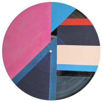 Peinture acrylique sur disque vinyle 33 tours en format 30 centimètres par 30 centimètres. Composition de diverses formes géométriques dans les tons bleus, violet, rouge, beige et argenté. Les aplats de peinture sont collés les uns aux autres ou séparés par des bandes non peintes qui laisse apparaitre la texture et le noir du vinyle.