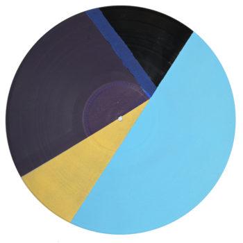 Peinture acrylique sur disque vinyle 33 tours en format 30 centimètres par 30 centimètres. Composition de diverses formes géométriques dans les tons bleu foncé, violet, or et bleu clair. Les aplats de peinture sont collés les uns aux autres. Seul un morceau non peint qui laisse apparaitre la texture et le noir du vinyle.