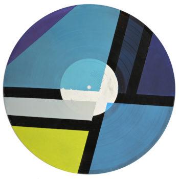 Peinture acrylique sur disque vinyle 33 tours en format 30 centimètres par 30 centimètres. Composition de diverses formes géométriques dans les tons bleus, violet, jaune et gris clair. Les aplats de peinture sont séparées par des bandes non peintes qui laissent apparaitre la texture et le noir du vinyle. Le papier intitial blanc du vinyl est conservé et recouvert en transparence sur certaines parties par la peinture.