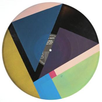 Peinture acrylique sur disque vinyle 33 tours en format 30 centimètres par 30 centimètres.Composition de diverses formes géométriques dans les tons bleus, vert, or, rose et violet. Les aplats de peinture sont séparés par des bandes non peintes qui laissent apparaitre la texture et le noir du vinyle. On peut encore voir le papier initial du disque collé au centre du vinyle, y lire les titres qui sont à certains endroits recouverts de peinture.