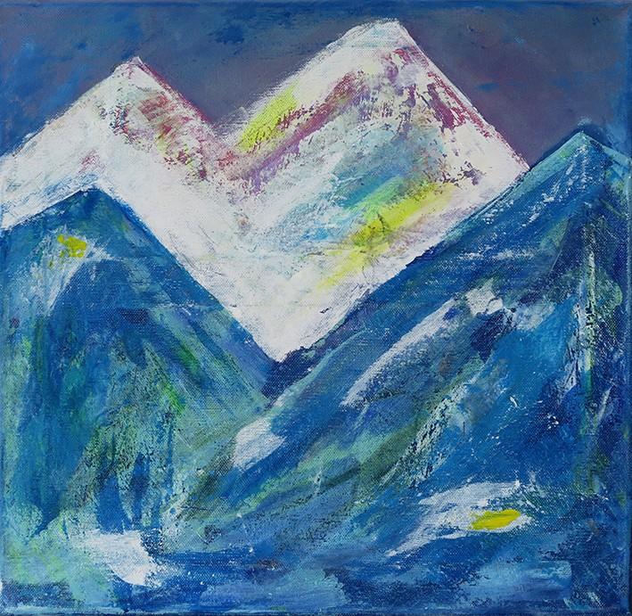 """Peinture acrylique réalisée au couteau sur châssis entoilé de 50 centimètres par 50 centimètres. Elle fait partie de la série """"origines"""". Une série d'œuvres vibratoires qui nous amène aux confins des origines de la création du monde. Elle représente un paysage de montagne. Montagnes aux lignes abruptes et escarpées. Au premier plan se distinguent deux montagnes dans les tons bleus et verts et à l'arrière plan des montagnes bien plus hautes enneigées avec des nuances de violet et de jaune. Ce décor est bordé d'un ciel sombre. L'ensemble de la peinture est texturé avec différentes techniques."""