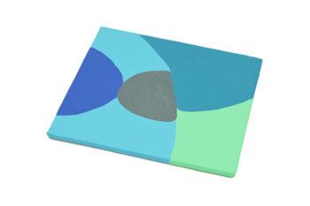 Peinture acrylique réalisée au couteau représentant un paysage onirique en format carré 10 centimètres par 10 centimètres sur carton entoilé. Un poème pictural où les formes et les couleurs remplacent les mots. Ce tableau se compose de couleur froides. Sur celui-ci on peut distinguer en arrière-plan un ciel représenté par un aplat bleu gris entourant deux rochers de forme arrondies en équilibre l'un sur l'autre, celui d'en dessous est gris foncé irisé et l'autre bleu. En bas à gauche un aplat vert qui s'emboite dans un aplat de bleu canard.