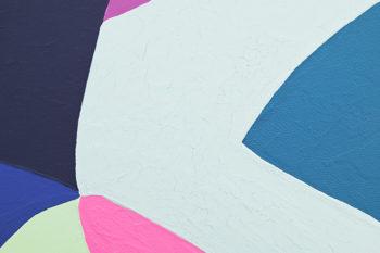 Peinture acrylique réalisée au couteau représentant un paysage onirique en format carré 15 centimètres par 15 centimètres sur carton entoilé. Un poème pictural où les formes et les couleurs remplacent les mots. Ce tableau se compose d'un ensemble de couleurs froides, vert d'eau, bleu gris, bleu sombre, d'une pointe de violet dans lequel se trouve une forme oblongue rose vif qui vient réchauffer l'ensemble.