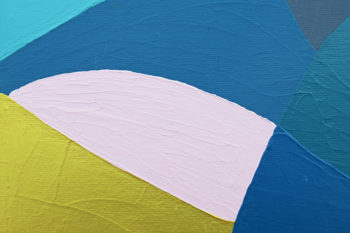 Peinture acrylique réalisée au couteau représentant un paysage onirique en format carré 20 centimètres par 20 centimètres sur carton entoilé. Un poème pictural où les formes et les couleurs remplacent les mots. Ce tableau est composé d'un ciel gris foncé pailleté et d'un soleil rouge foncé sur sa droite. Au premier plan en bas à droite on peut distinguer une montagne couleur or surplombée d'une bande rose pâle.