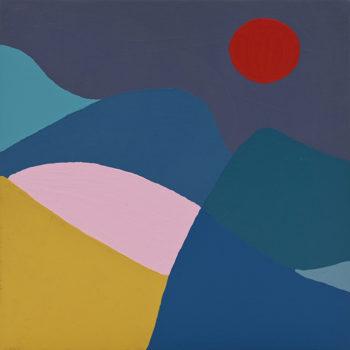 Peinture acrylique réalisée au couteau représentant un paysage onirique en format carré 20 centimètres par 20 centimètres sur carton entoilé. Un poème pictural où les formes et les couleurs remplacent les mots. Ce tableau est composé d'un ciel gris foncé pailleté et d'un soleil rouge foncé sur sa droite. Au premier plan en bas à droite on peut distinguer une montagne couleur or surplombée d'une bande rose pâle. Le reste des montagnes qui partent de gauche à droite sont composées de différentes nuances de bleu.