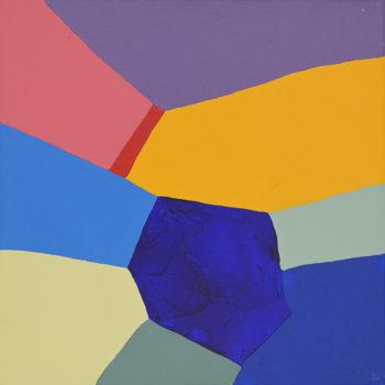 Peinture acrylique réalisée au couteau représentant un paysage onirique en format carré 20 centimètres par 20 centimètres sur châssis 3D. Un poème pictural où les formes et les couleurs remplacent les mots. Ce tableau est composé de couleurs froides dans lequel on peut distinguer un ciel violet de forme triangulaire et des montagnes aux couleurs rose corail, jaune d'or et différentes nuances de bleu. Au centre de ces montagnes on peut s'imaginer une rivière représentée par une bande rouge qui se déverse dans un lac bleu marine de forme polygonale.